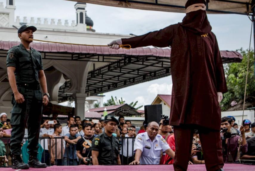 شلاقزدن همجنسگرایان در اندونزی
